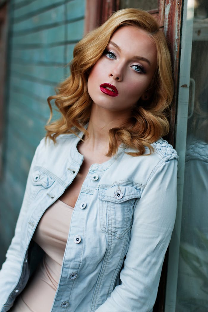 rouge à lèvres rouge foncé pour se maquiller les lèvres, idee maquillage femme blonde, peau pâle