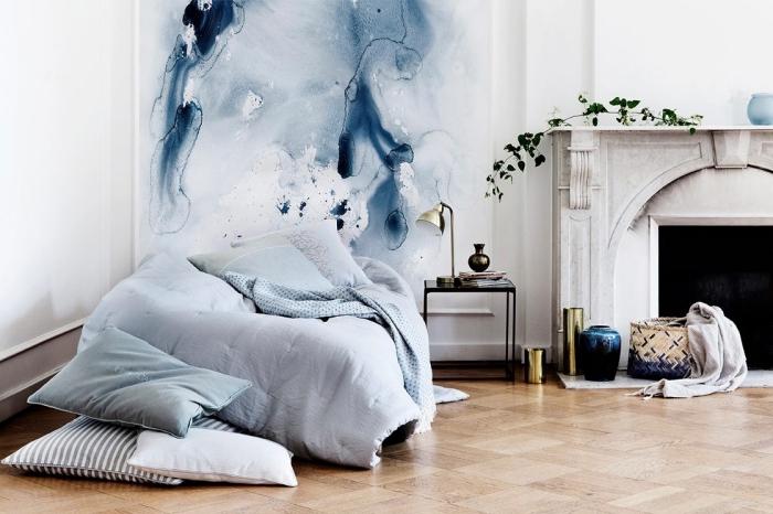 comment décorer une pièce minimaliste avec accents de couleur tendance 2020 bleu, idée de peinture mur chambre aquarelle