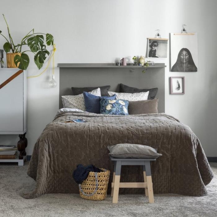 modèle de tete de lit peinture gris de style minimaliste dans une pièce blanche aménagée avec meubles en bois