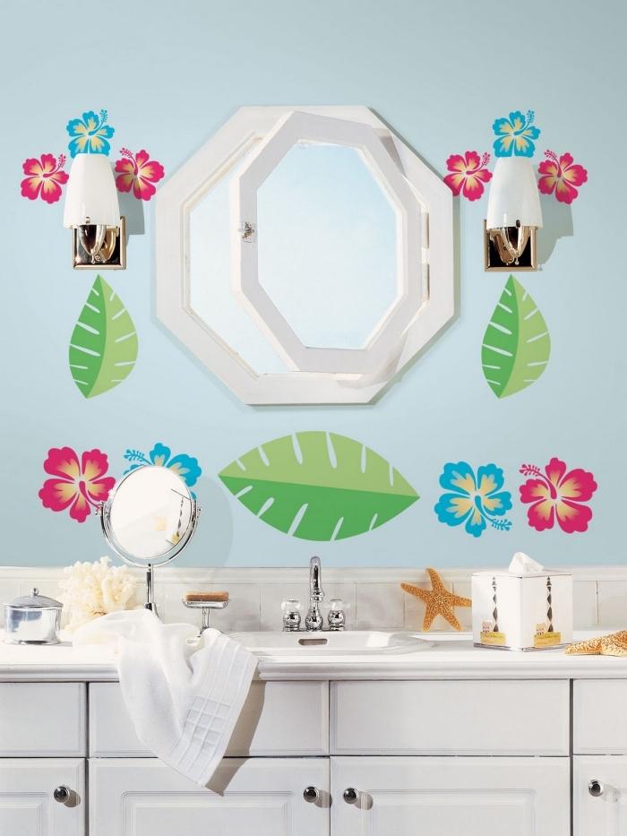 modèle de salle de bain contemporaine aux murs bleus avec décoration en stickers muraux, déco petite salle d'eau pour enfant