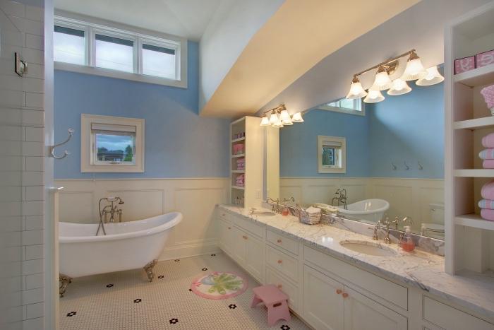 salle de bain deco pour enfant, exemple comment bien aménager une salle de bain pour fille avec baignoire et rangement ouvert