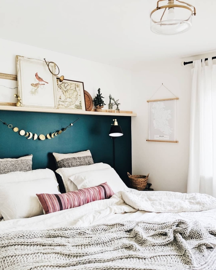 idée peinture chambre tendance de nuance vert foncé, décoration pièce bohème chic avec accents en bois et fibre végétal