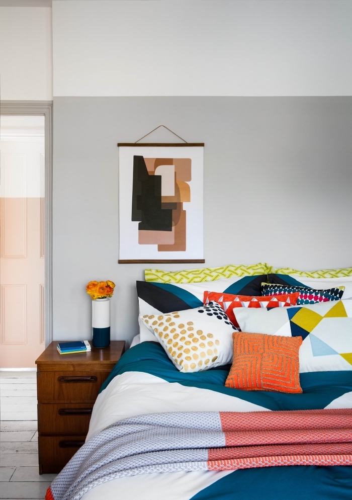 idee tete de lit à réaliser soi-même avec peinture de couleur tendance, décoration chambre à coucher avec accents colorés
