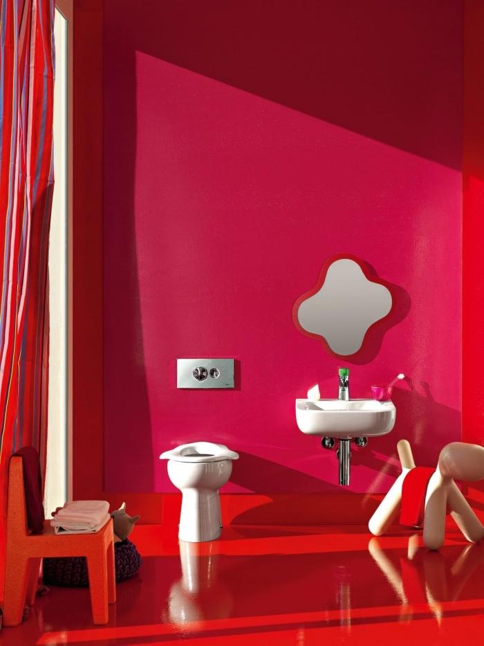 aménager une petite salle de bain de style moderne pour enfant, déco petite salle d'eau aux murs en rose et rouge