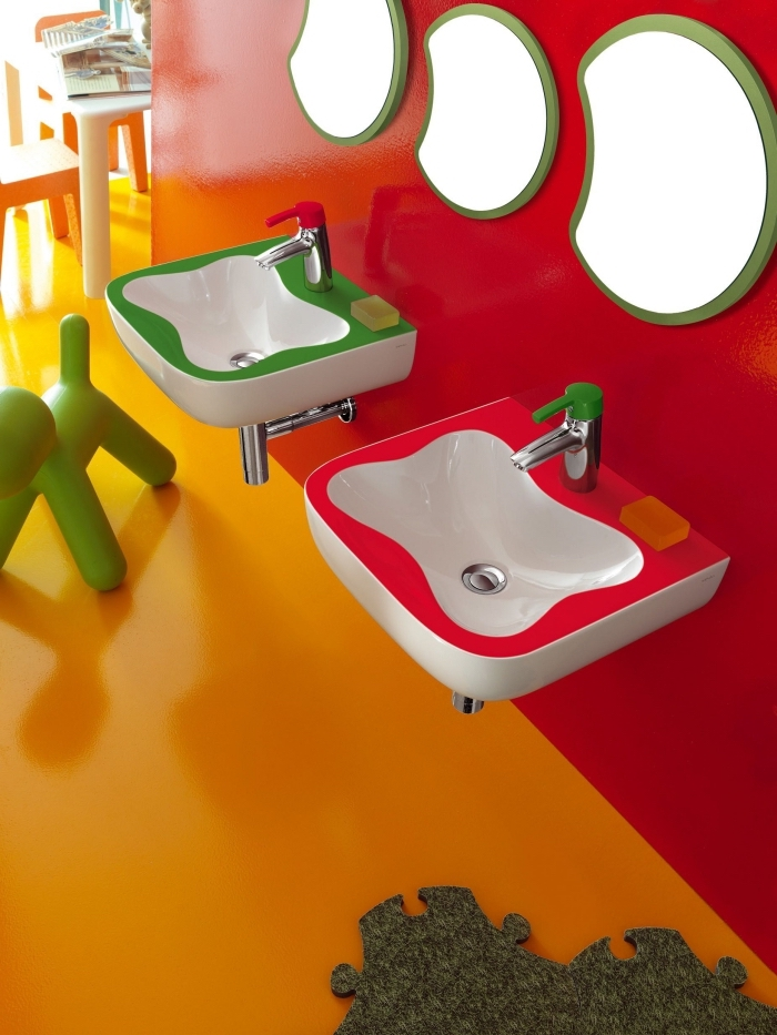 idées couleurs tendance pour une salle d'eau enfant, pinterest salle de bain en couleurs orange et rouge avec accents verts