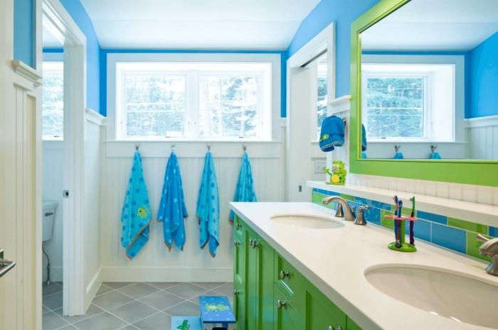 agencement salle de bain blanche avec accents en vert et bleu, décoration salle d'eau pour enfants avec meubles verts
