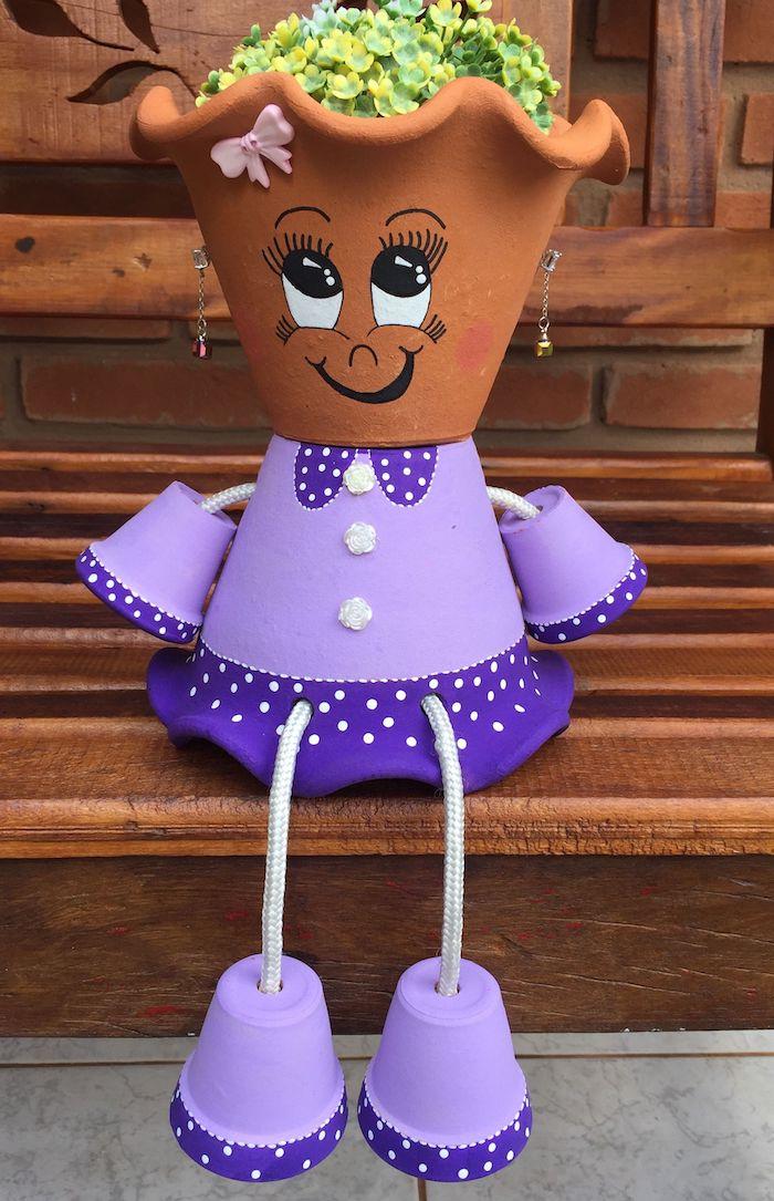 personnage en terre cuite comment faire, jambes, bras et corps bas robe violette et top en terre cuite avec plante verte