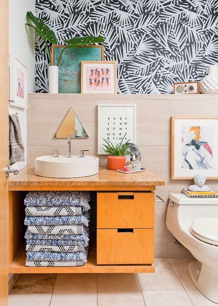Meuble lavabo avec placards et espace pour ranger les serviettes, inspiration salle de bain, décorer les murs de la salle de bains papier peinte motif feuilles de palmier
