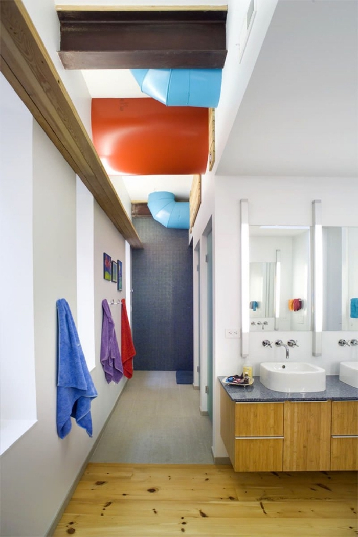 inspiration salle de bain blanche avec accents colorés et éléments en bois, décoration salle d'eau pour enfants