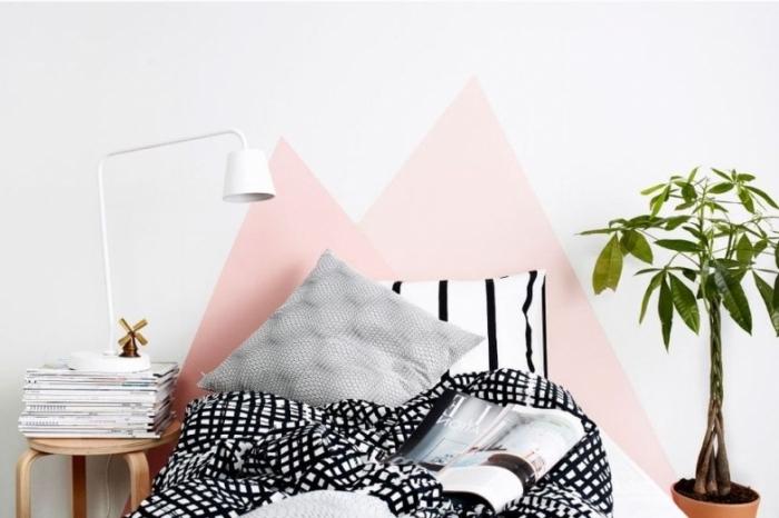 exemple comment faire une tete de lit facile avec peinture de nuance rose sous forme de triangles dans une pièce ado