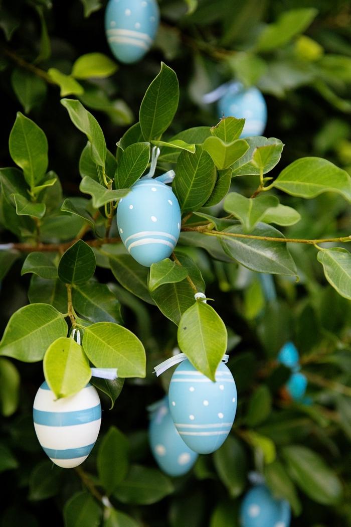deco de paques pour l'extérieur, idée comment décorer un arbre ou un buisson avec des oeufs vidés et peints en bleu et blanc