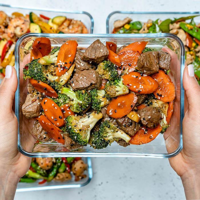idee repas midi rapide, bouchées de boeuf aux brocoli, carottes, glacés avec graines de sésame et de pavot