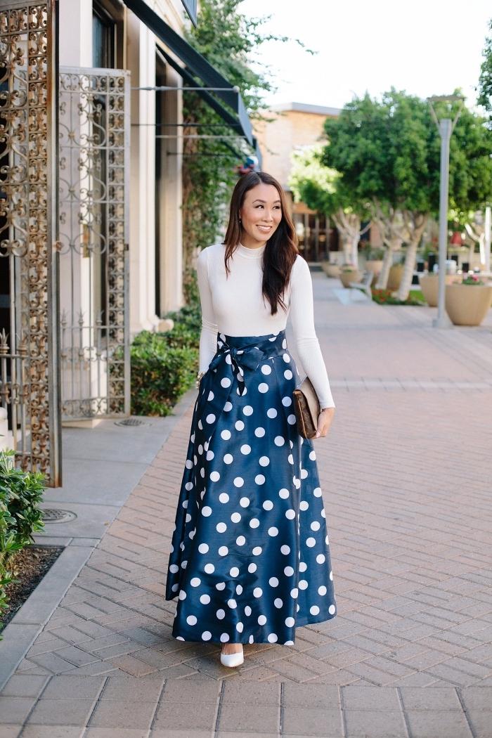 tenue mariage femme 50 ans, look femme élégante en robe longue bicolore en top blanc et jupe bleu marine à taille haute