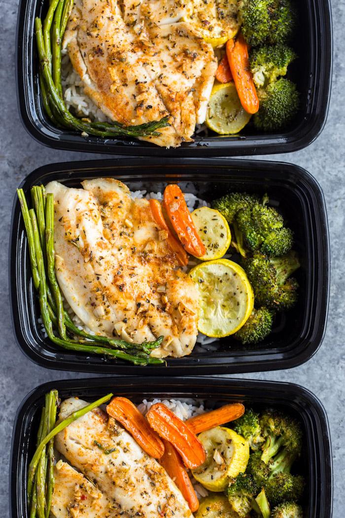 recette comment faire poisson au four aux épices avec brocolis, asperges, carottes sur canapé de riz
