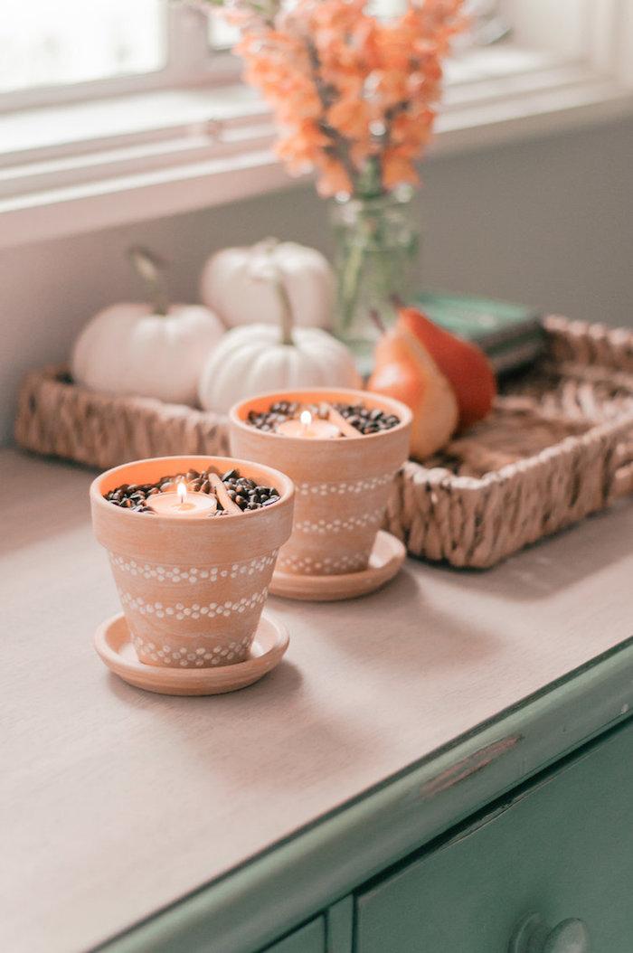 decoration automne a faire soi meme, porte bougie diy en pot de terre cuite avec café, cannelle et bougie a l interieur