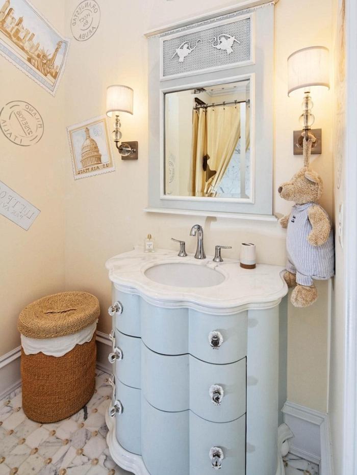 aménagement petite salle de bain beige pour enfant, modèle de lavabo marbre avec tiroirs bleu pastel pour petite salle de bain