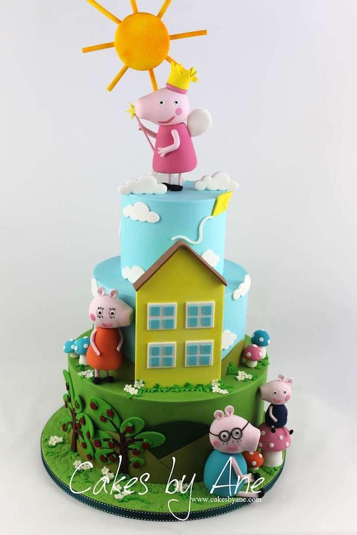 Gateau anniversaire trois étages, idée gateau cochon Peppa au chocolat, dessin de la maison jaune gateau peppa pig joliment décoré