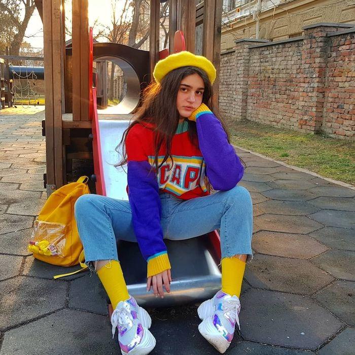 béret jaune et pull coloré, cool idée tenue couleurs néon, habit année 90, femme bien habillée au style décontracté chic