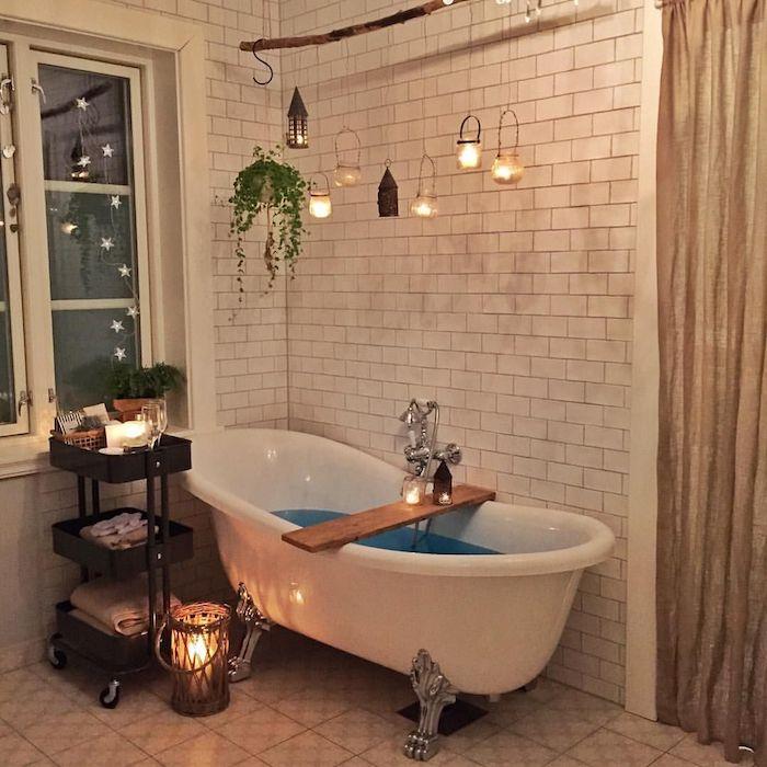 Baignoire rétro, décoration bougies suspendus en haut, plante verte, salle de bain bohème chic décoration simple
