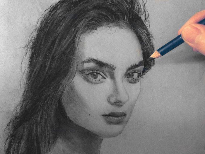 portrait noir et blanc de femme de profil avec des cheveux gris et visage réaliste doté de grands yeux et petit nez et bouche