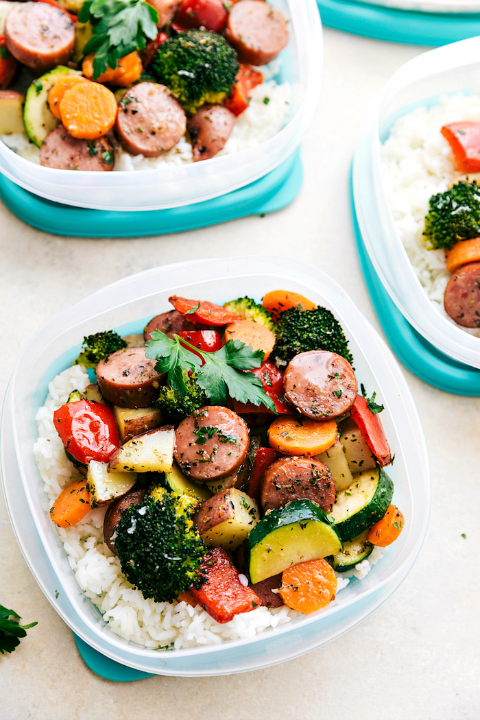 régime cétogène menu de la semaine, saucisse aux légumes, poivrons, carottes, courgettes, brocoli sur canapé de riz
