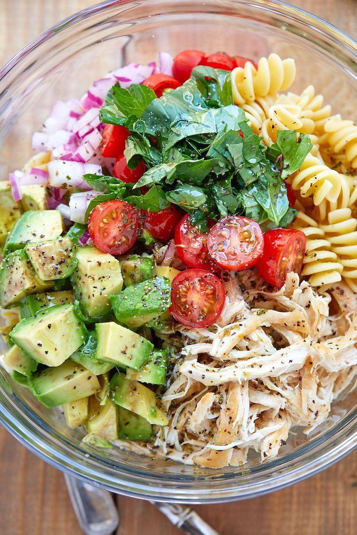 menu équilibré avec viande de poulet, salade poulet, tomates cerise, pasta, oignon haché et avocat