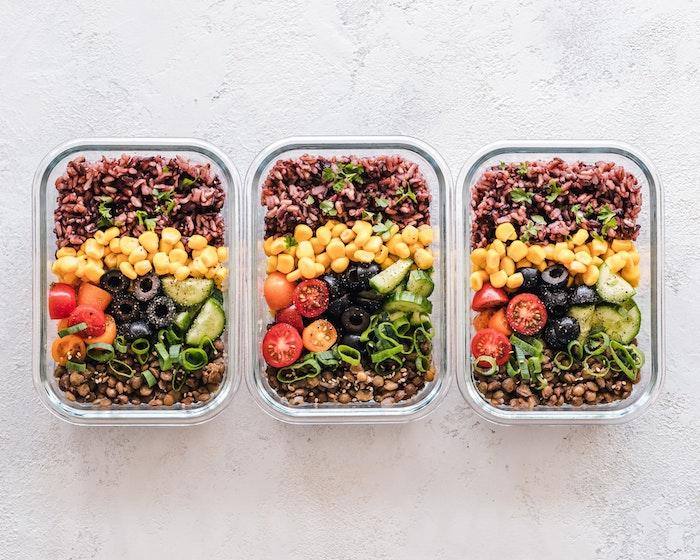 lentilles, riz, mais, olives, tomates cerise, concombres et oignons verts dans boites de verre, idée recette rapide