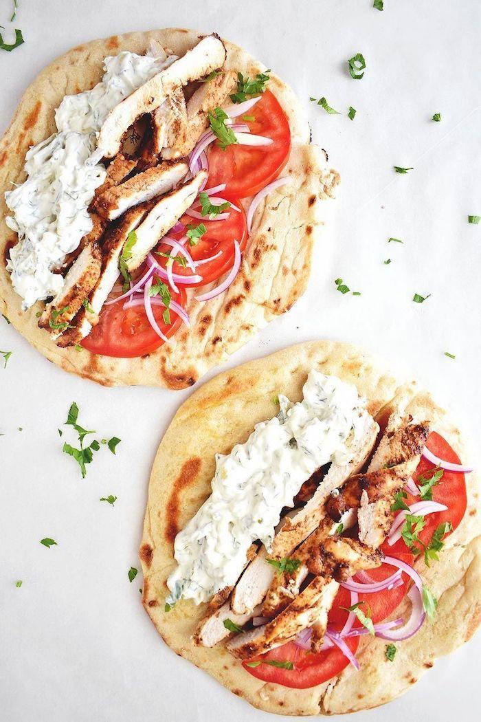 recette de wrap avec crème fromagère avec yaourt grec, tomates, oignons et bouchées de poulet viande grillée
