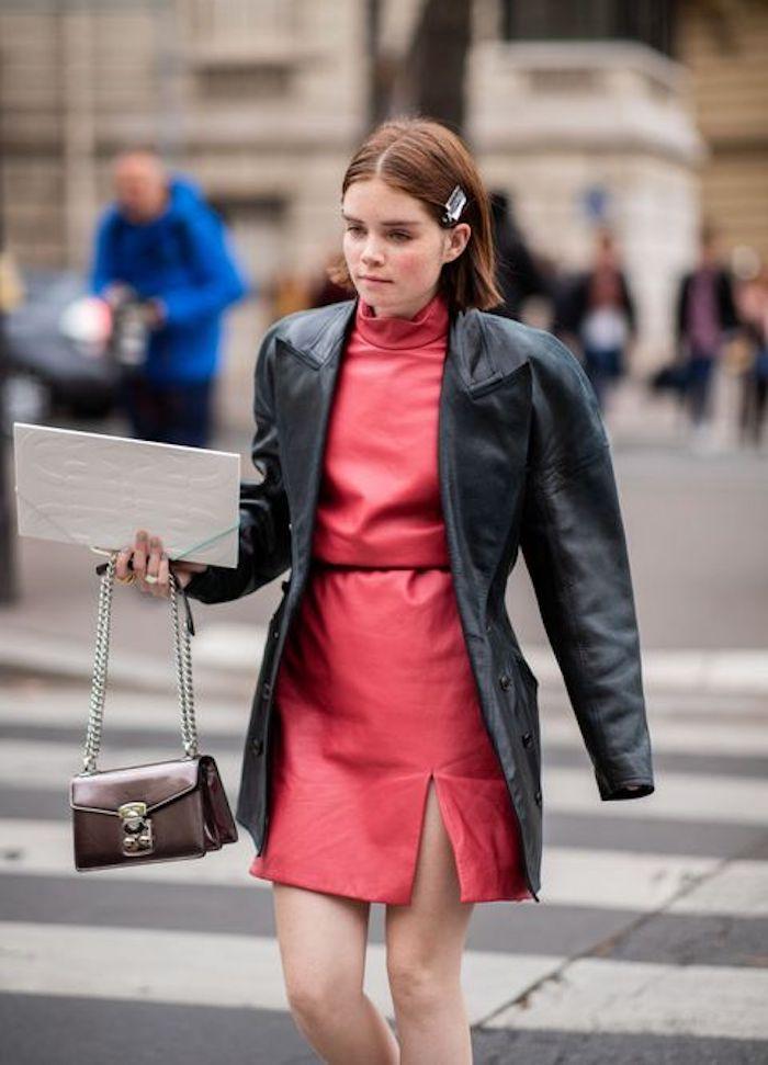 La veste cuir iconique pour les années quatre vingt dix, s'habiller années 90 femme swag tenue, look année 90