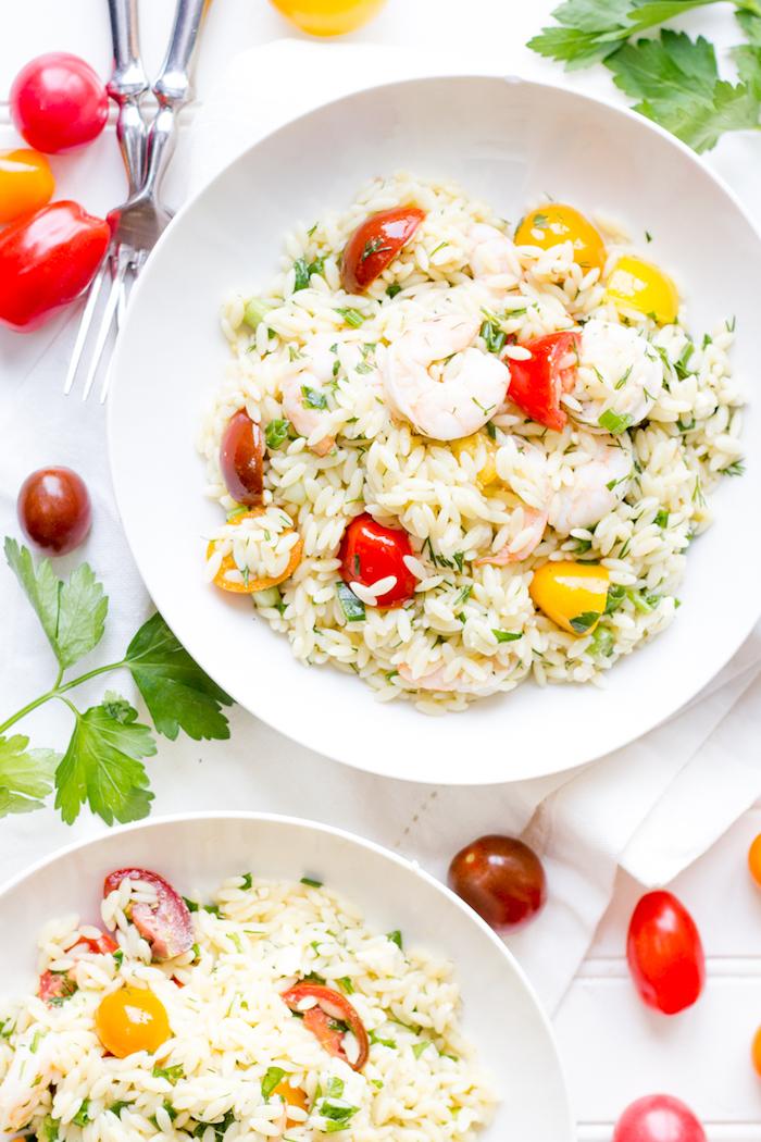idee de rizotto maison au riz, tomates cerise, persil et des crevettes, recette facile pour le soir ou pour midi avec fruits de mer
