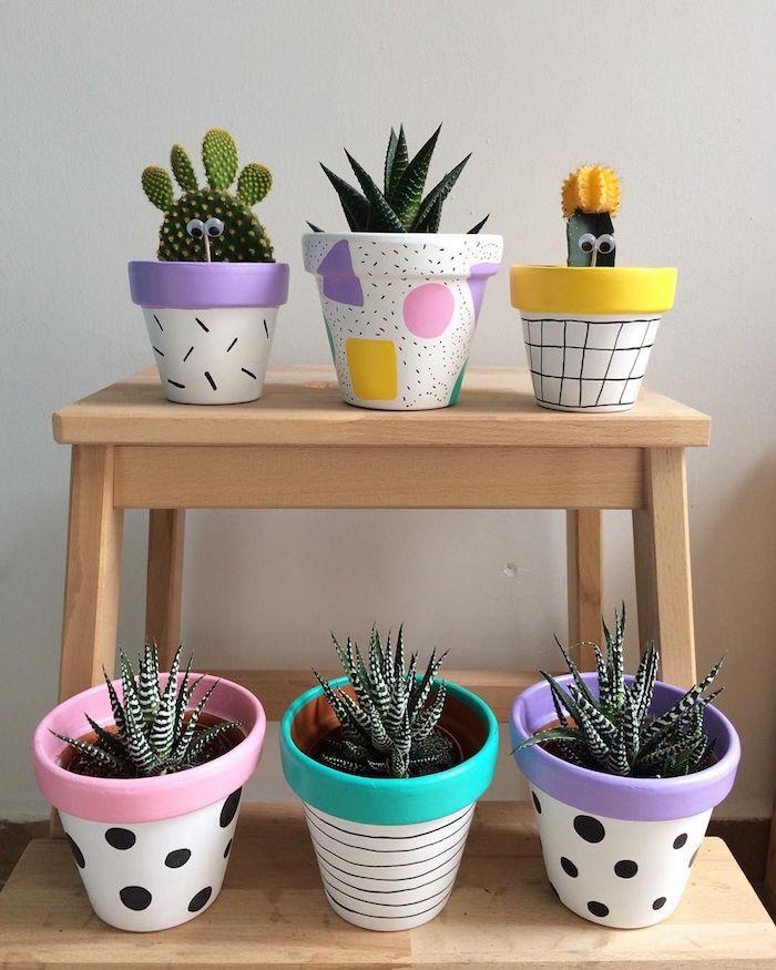 pots de fleur colorés à bordures repeints d epeinture et des motifs geometriques de couleur, comment peindre des pots de fleur