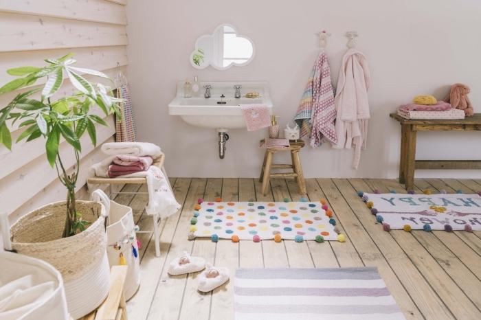 amenagement salle de bain pour fille avec sol en carrelage aspect bois et murs blancs, modèles de meubles en bois pour enfant