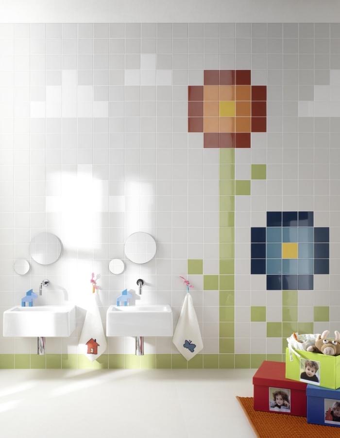 idee deco salle de bain pour deux enfants avec double vasque, exemple décoration murale avec carrelage en formes florales