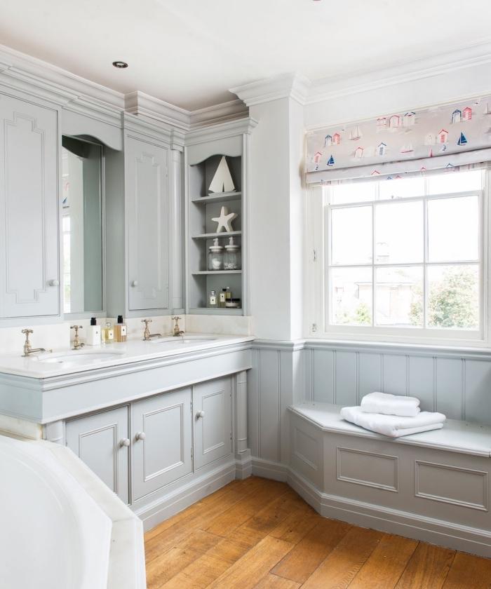 salle de bain blanche et bois avec armoires gris clair, idée rangement vertical ouvert pour une salle d'eau enfant