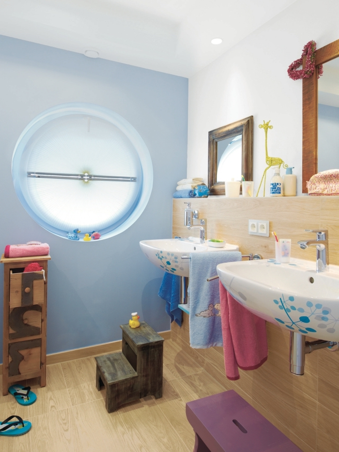 salle de bain deco en couleurs, exemple comment aménager une salle d'eau avec marche-pieds pour enfants
