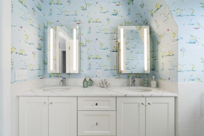 salle de bain deco pour enfants, idée aménagement salle de bain avec armoires blanches et comptoir à aspect marbre