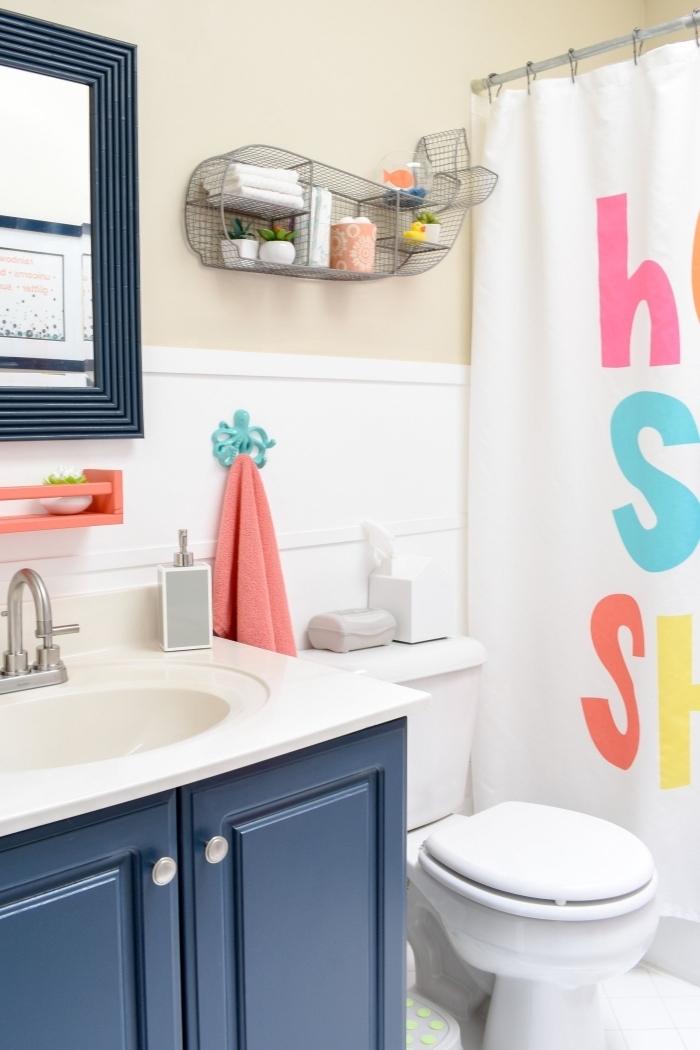 idee deco salle de bain beige et blanc avec meubles en bleu foncé, agencement petite salle d'eau avec douche