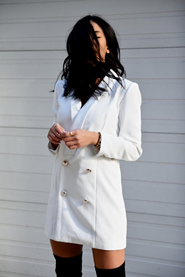 idée de style vestimentaire femme chic avec robe blazer blanche et cuissardes noires, modèle de robe blanche courte