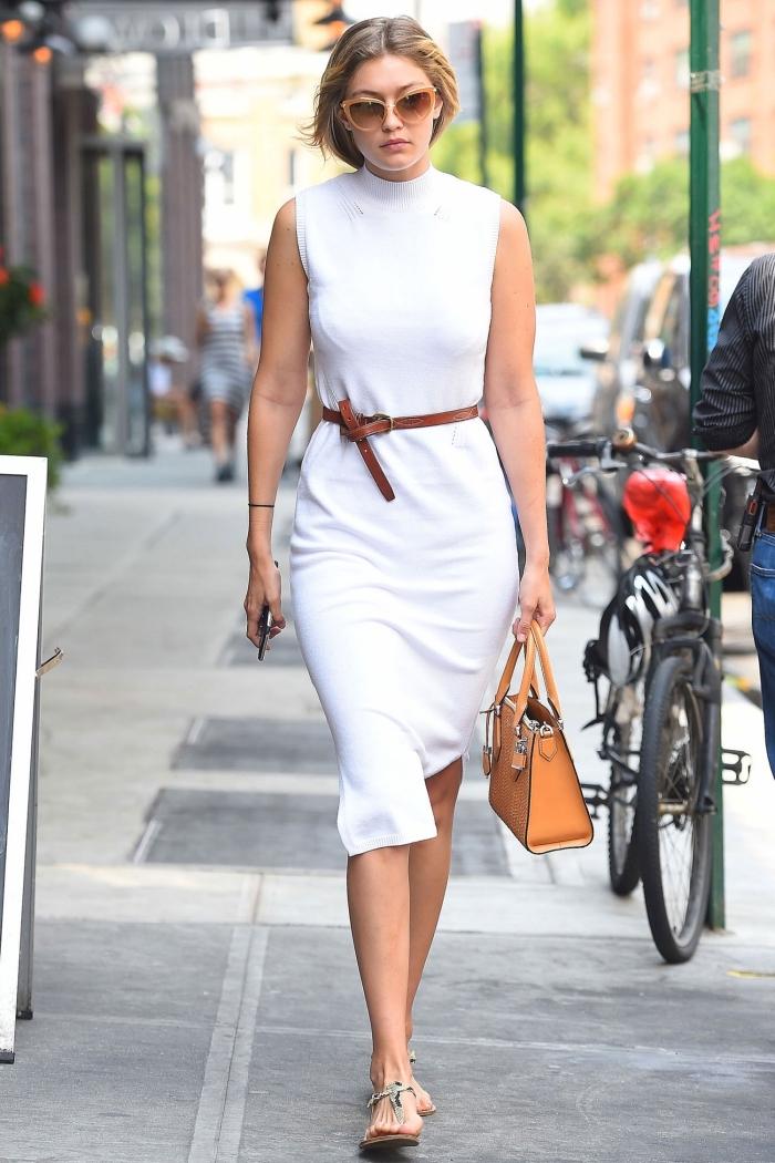 idée de tenue blanche femme facile, look semi casual en robe col montant à longueur genoux accessoirisée avec ceinture marron