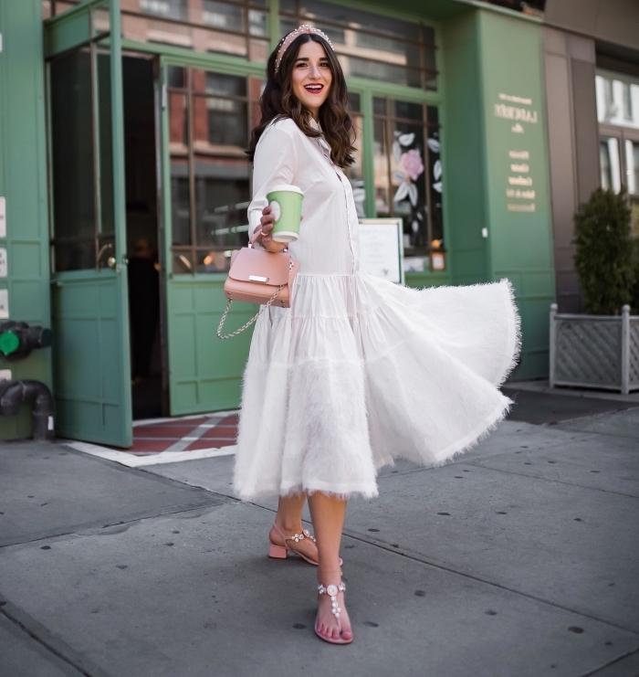 tenue blanche femme avec accessoires en rose, modèle de robe longue et fluide boutonnée combinée avec chaussures plates
