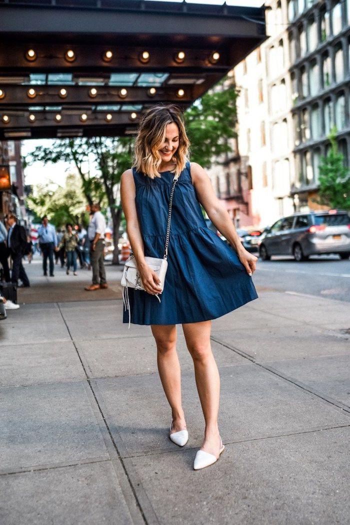 Femme robe évasée courte en jean, idée tenue vintage femme, déguisement année 90 tenue année 90