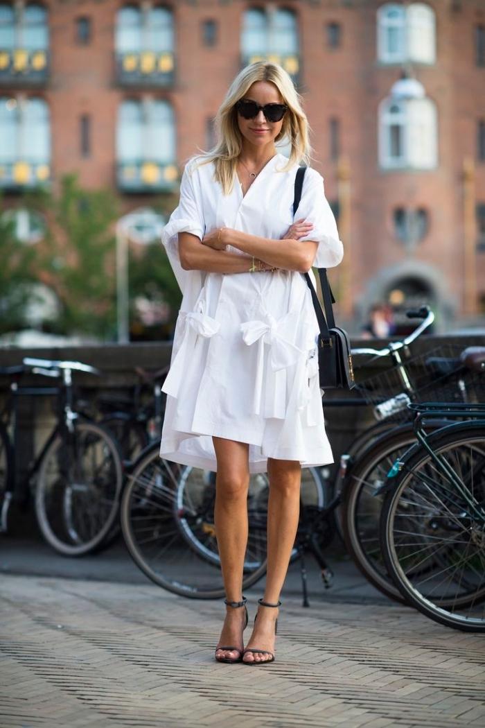 look casual chic femme en robe légère été, modèle de robe blanche fluide assortie avec chaussures noires et lunettes soleil
