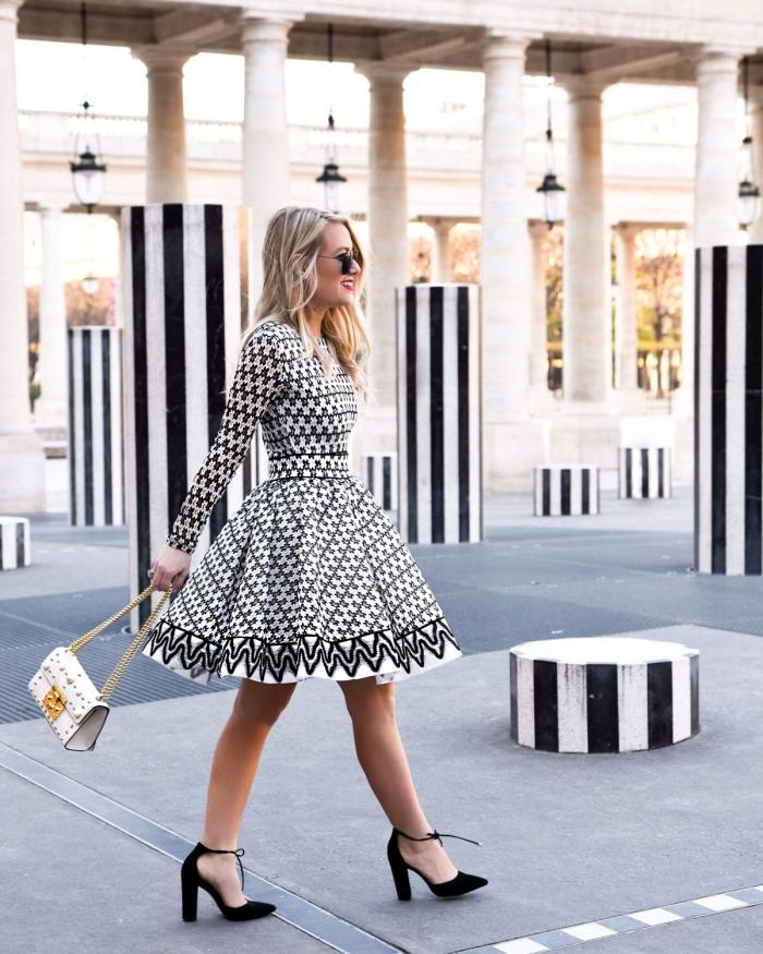 tenue femme chic en blanc et noir, exemple de robe de soirée chic et tendance ceinturée à motifs géométriques
