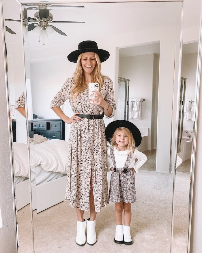Mère et fille blondes miroir selfie robe et salopette de meme tissue et meme chapeau, tee shirt mere fille, ensemble mere fille chic tenue