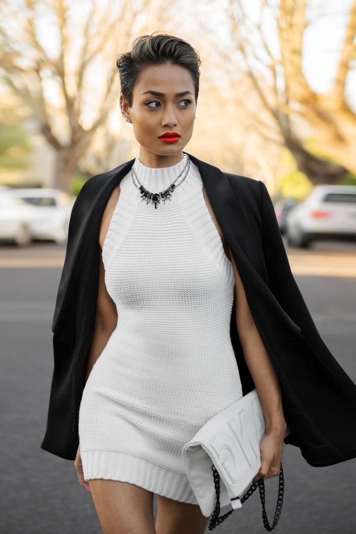 exemple comment assortir une robe courte ou robe longue hiver de couleur blanche avec manteau et bijoux en noir