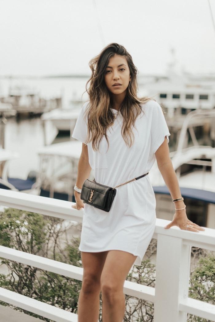tenue casual été pour femme en robe t-shirt blanc et fluide, modèle de robe blanche courte à assortir avec bijoux en or