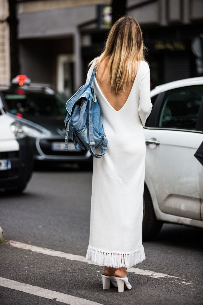 exemple de robe longue blanche à dos ouvert et manches longues accessoirisée avec sac à dos en denim et chaussures ouvertes