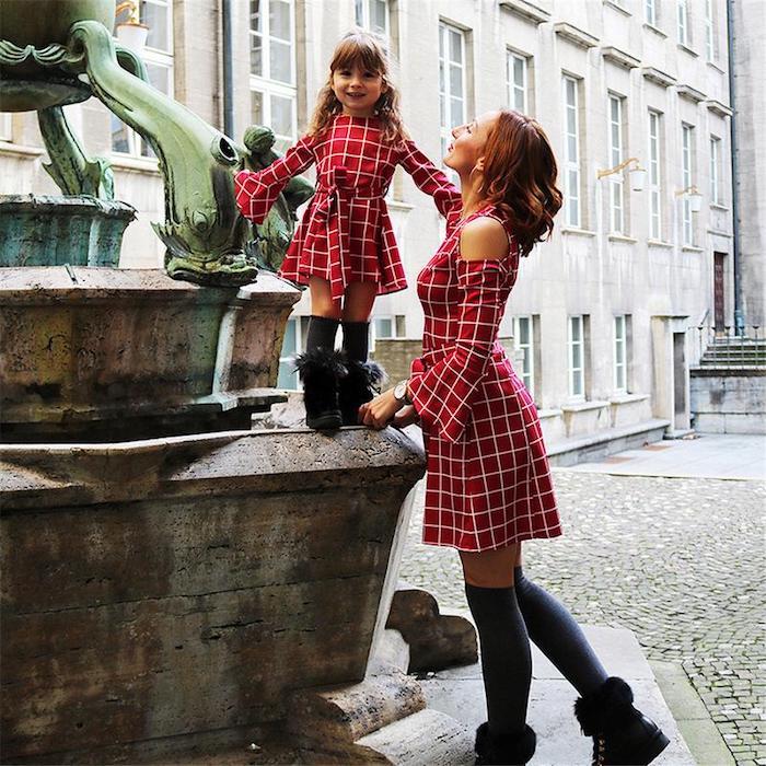 Robe rouge courte à haute taille et manches évasées, tenue complete fille maman, les plus belles tenues mère fille