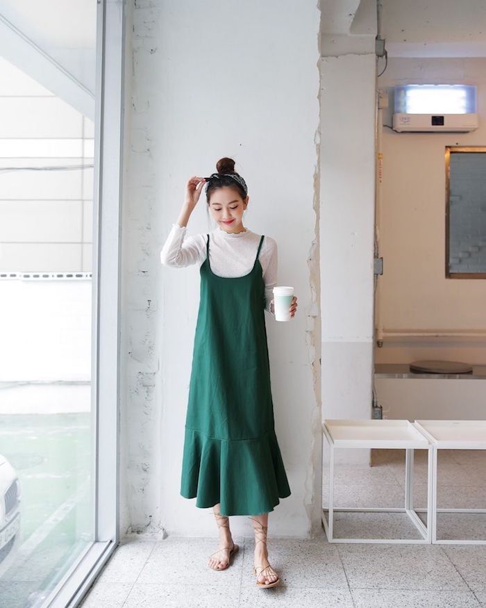Robe mi longue verte et pull blanc col roulé, cool tenue année 90 inspiration rétro look femme, tenue de jour