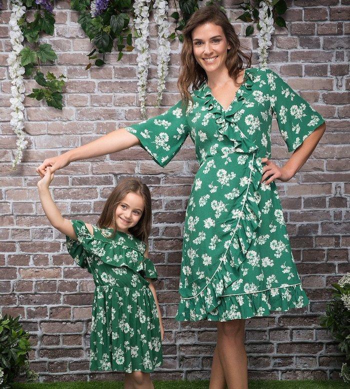 Verte fleurie robe mere fille assortie, tenue décontractée chic femme moderne et sa fille en robe épaules dénudées